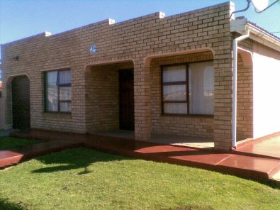 Beautiful facebrick 4 bedroom house in uitenhage for Face brick homes