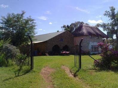Grass roof Cottage to rent on plot in Dinokeng