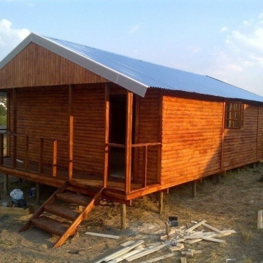 Specialising in pallet wooden wendy houses huts lapas for Building a wendy house from pallets
