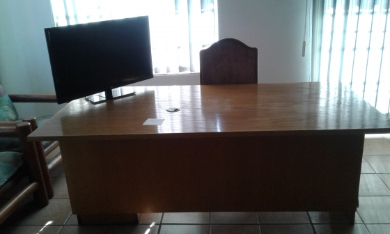 3 Drawer Office Table For Sale In Good Condition