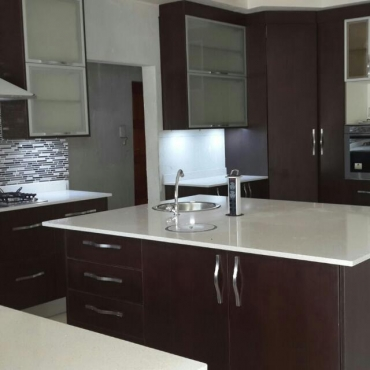 Kitchen designs built in cupboards bics vanities for Kitchen designs randburg