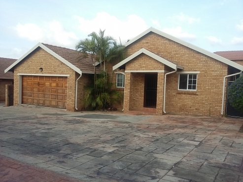 3 Bedroom 2 Full Bathrooms Double Garage Simplex Townhouse To Rent In Amberfield Glen
