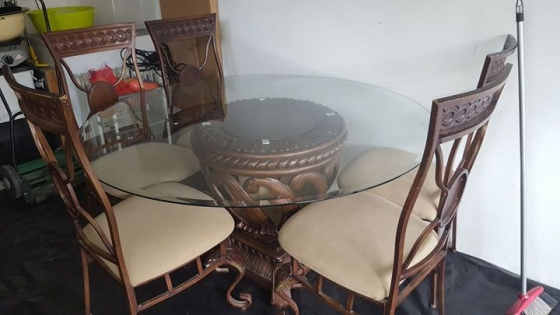 Table with 6 Chairs.