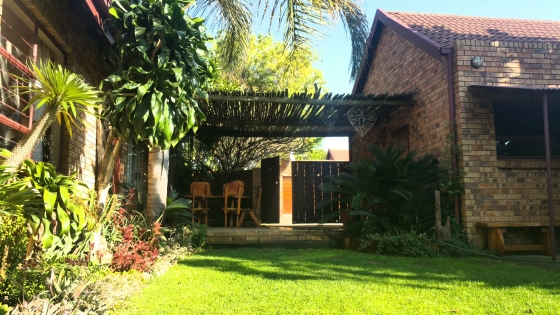 Furnished upmarket secure cluster home (sleeps 5) with beautiful garden in Die Hoewes, Centurion