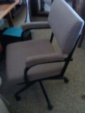 2 kantoorstoele ( nuut oorgetrek)