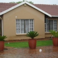 MODERN TILE ROOF HOUSE IN DASPOORT. PRETORIA. L/UP 5 VEHICLES. GOOD SECURITY