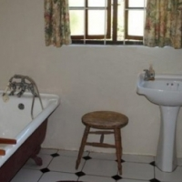 family home or B&B All rooms en suite plus 1 bed cottage. Large colonial/country house in Drummond