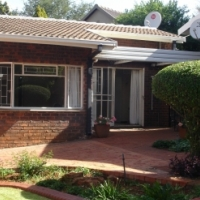 Spacious, Sunny, North- Facing 1 Bedroom Garden Cottage (About 55 Sqm) In A Quiet Established Suburb