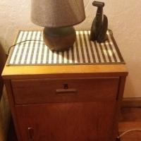 Paar bedkassies met lampies te koop