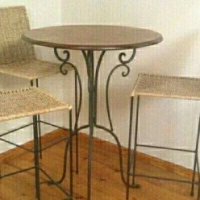 Be cocktail table with 3 chairs