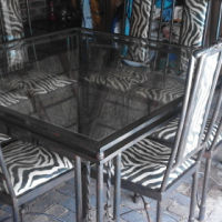 Beautiful 8 seater metal frame tabel with glass top