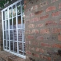 Garden flat to rent in Riviera - N910