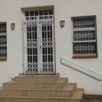 Single Female- large modern garnny flat near to UKZN / DUT / Hospitals / shops at R4200pm incl L & W