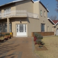 Huge 4 bedroom Double Story in Farrarmere