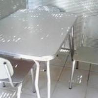 Grys Melamien kombuisstel met 4 stoele.
