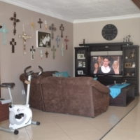 Stunning priced to sell 3 bedroom house with 2 baths