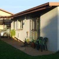 Garden Flat-Roseville- 1 bed en suite /separate lounge/Dining  Kitchen / Use of pool/lapa/braai