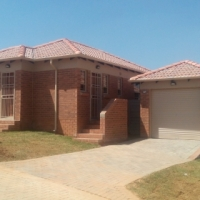 FREE RENT FIRST  MONTH  : 3Bedroom houses to  rent  in Thatch Hill Estate near Rooihuiskraal