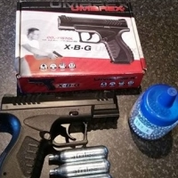 CO2 pellet gun with extra canisters and pellets
