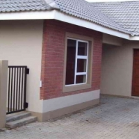 Almost new 3 bedr townhouse in popular Lilyvale, Bfn