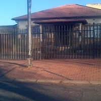 LOVELY GOLDEN OLDIE FOR RENT R5800-00 PER MONTH