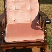 Pienk hout sitkamer stel met n rocking chair plus koffie tafel