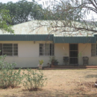 3 bed house plus 2 bed unfinnished house and chicken run 8km West of Ptretoria