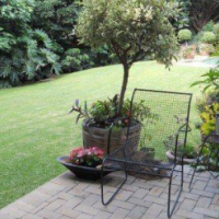 Moreleta Park - Luxurious, spacious garden flat set in secure, park-like garden