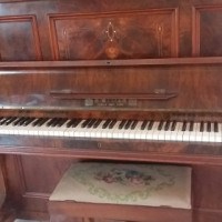BEAUTIFUL UPRIGHT PIANO IN MINT CONDITION