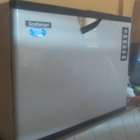 320 kg Scotsman ice cube making machine with water filter (Brand New)
