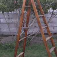 8 STEP LADDER IN GOOD CONDITION