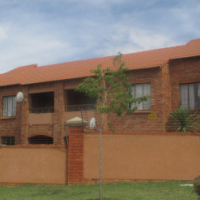 MOOIKLOOF RIDGE: Lovely bottom unit with large garden for sale. Good investment!!