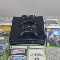 Xbox 360 tekoop met 2 remotes en 6 games.