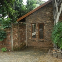 3 bedroom with study and flatlet 3 lounges and newly fitted kitchen in Theresapark