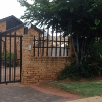 Beautiful 3 bedrooms with 2 bathrooms for rental at Grobbler Park Roodepoort