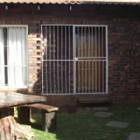 Spacious 2 bedroom townhouse for rent Pellissier private garden pet friendly etc
