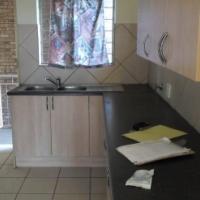 2  bedroom flat with 1 bathroom. Lights incl R 5 300