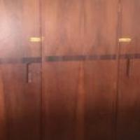 Geel hout kas met onder stuk goeie kondisie