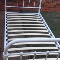 Steel frame singe bed exceĺlent condition