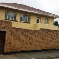 Big bedroom with build in cupboards to let in Parktown