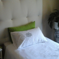 Neat beautiful furnished room to let in Boston.