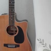 Jamine accoustic guitar to swop for keyboard
