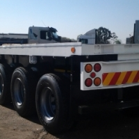 Flatdeck tri-axle trailer