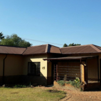 Booysens, Pretoria. House for sale on 998m2 corner stand. New kitchen and renovated for new owner.