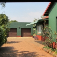 Neat, spacious 3-bedroom house with separate flat with swimming pool in Orchards, Pretoria North