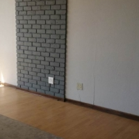 Killarney open plan bachelor flat to let near the Mall with bathroom and kitchen Rental R4500