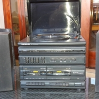Hi Fi with Turntable, CD Players, Radio and speakers