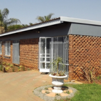 House with Pool & Lapa For Sale in Booysens