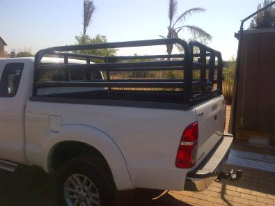 Bakkie frames for transporting animals
