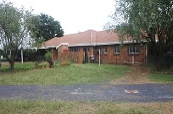 4 bedroom, 2 flatlets and granny flat with entertainment areas, dams etc near Hazeldean development